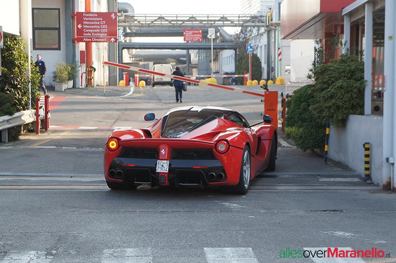 LaFerrari gespot bij de zij ingang van de Ferrari fabriek in Maranello