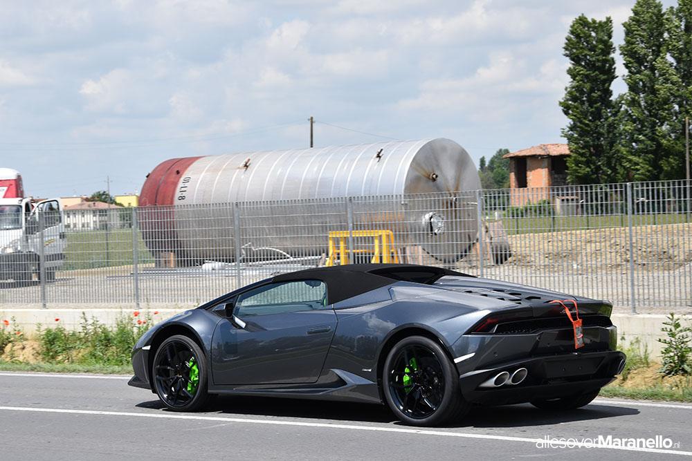 Lamborghini Huracan gespot bij de Lamborghini fabriek in Sant'Agata Bolognese in Italie
